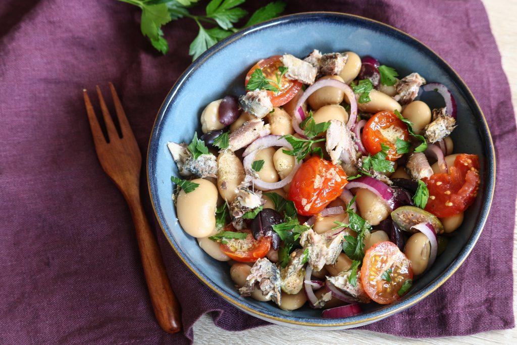 Salade de cannellini à la sardine, olives & tomates