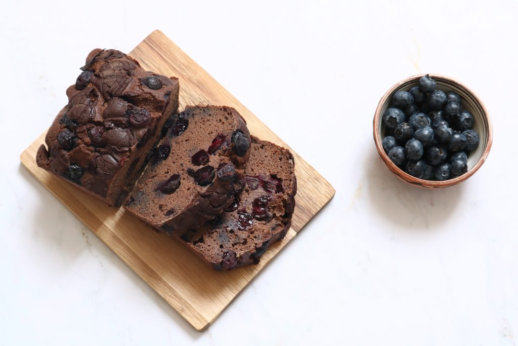 Cake sans gluten au chocolat noir & myrtille